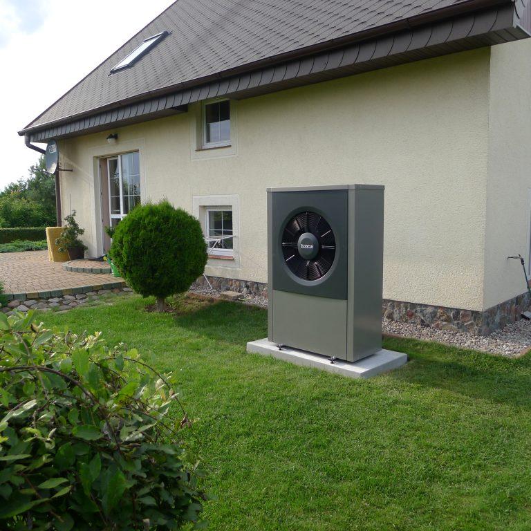 Budynek mieszkalny w Lutrach: powietrzna pompa ciepła, instalacja grzejnikowa