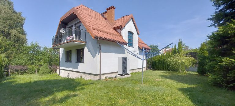 Budynek mieszkalny w Pluskach: powietrzna pompa ciepła, ogrzewanie grzejnikowe, instalacja wod-kan